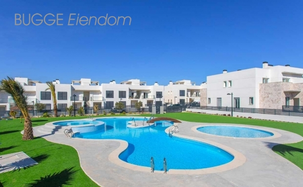 Key ready penthouse apartment in Torrevieja, Alicante, Spain. 2 bed, 2 bath. Private sunroof/solarium. Great pool area 182 000 Euros