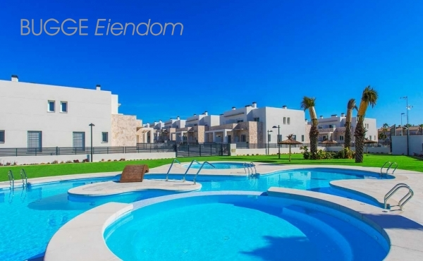 Key ready ground floor apartment in Torrevieja. 3 bed, 2 bath. Great pool area 172 000 Euros